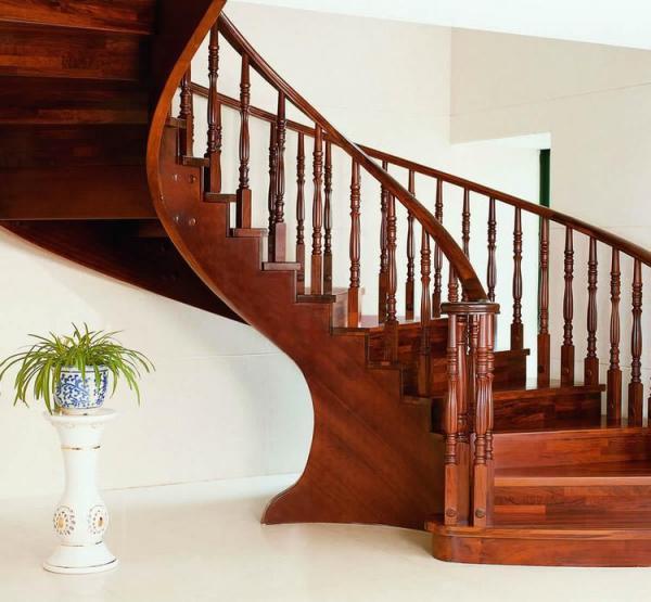 Cầu thang làm bằng gỗ căm xe