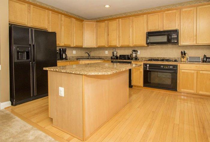 Mẫu tủ bếp đẹp gỗ xoan đào tự nhiên