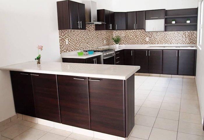 Tủ bếp dạng chữ L và đảo bếp độc lập