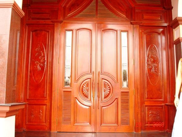 cửa nhà làm bằng gỗ căm xe