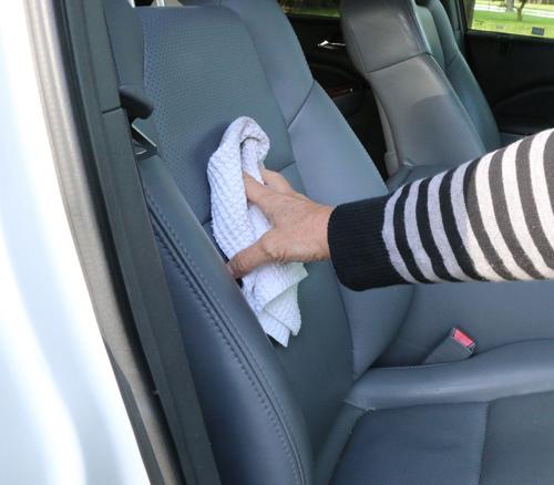 Vệ sinh ghế da ô tô sạch như mới